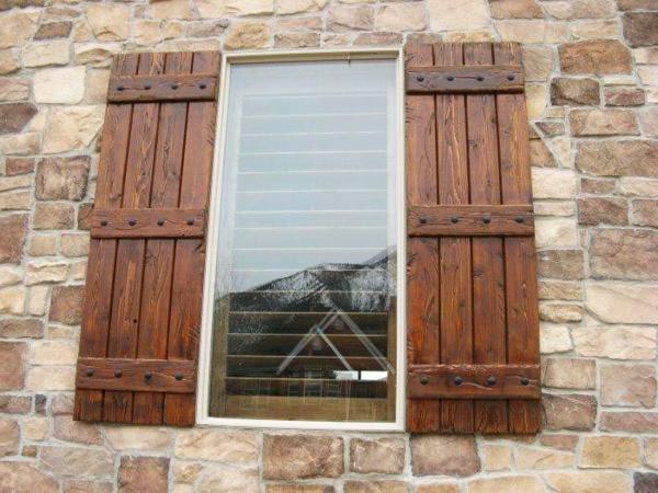 Fensterlaeden-aus-Holz-Exterior-Idee