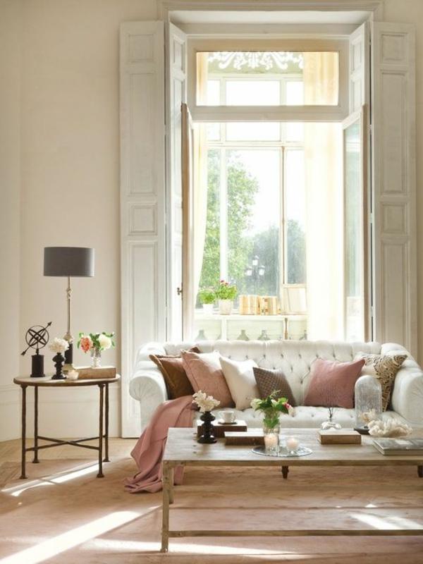 Fensterlaeden-aus-Holz-weiße-Farbe