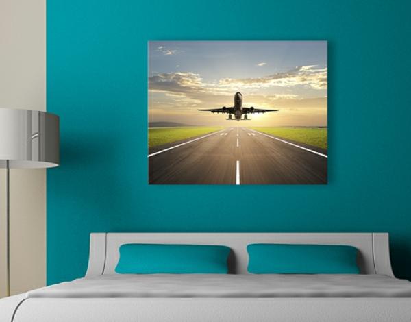 Flugzeug-Bild-auf-der-blauen-Wand