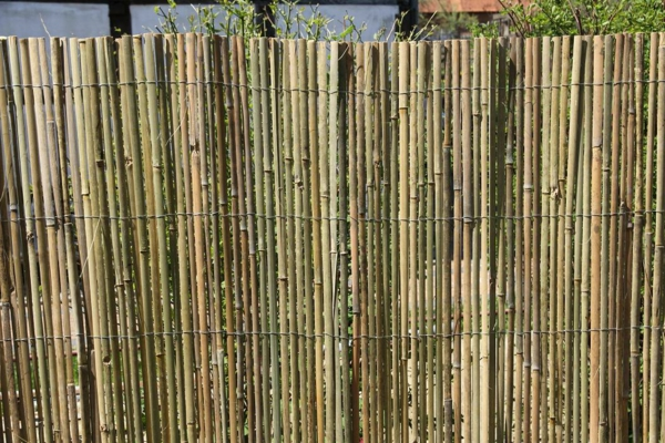 Gartenzaun-aus-Bambus-Idee-Bambus-Sichtschutz-Garten-