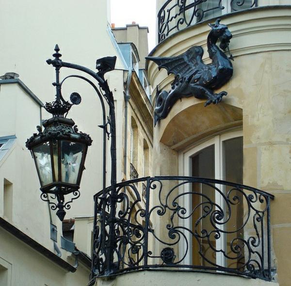 Gebäude-mit-französischem_Balkon