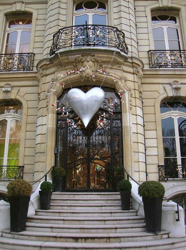 Gebäude-mit-französischen_Balkonen-Herz