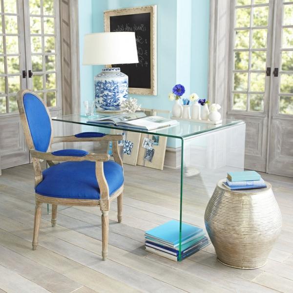 Glasschreibtisch-mit-minimalistischem-Design-blauer-Stuhl