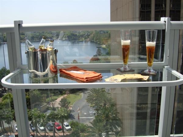 Hängetisch-für-Balkon-aus-Glas-Bierflaschen