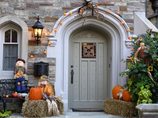 halloween dekorieren gesichter lustig weiss geister lichterkette leuchten