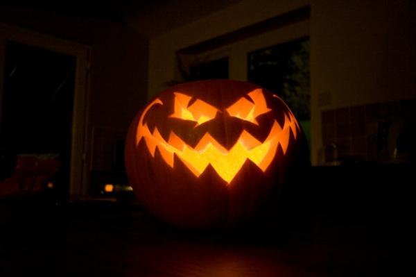 Halloween-Kürbisse-ausschneiden-Deko-Ideen-