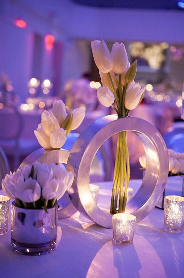Hochzeitsdeko-Tischdekoration-mit-Tulpen-in-Weiß