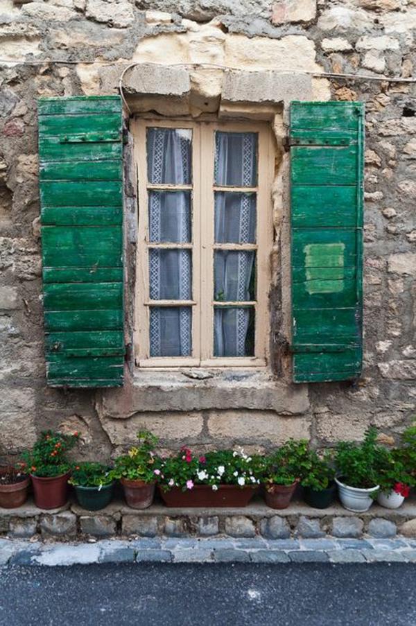 Holz-Fensterlaeden-in-grüner-Farbe