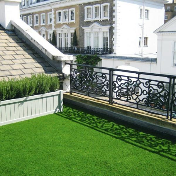 Kunstrasen-für-den-Balkon-Idee