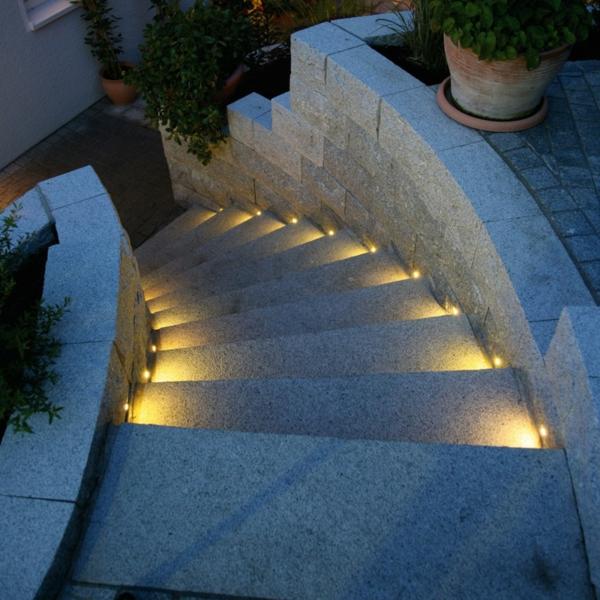 Led-Bodenleuchten-auf-den-Treppen