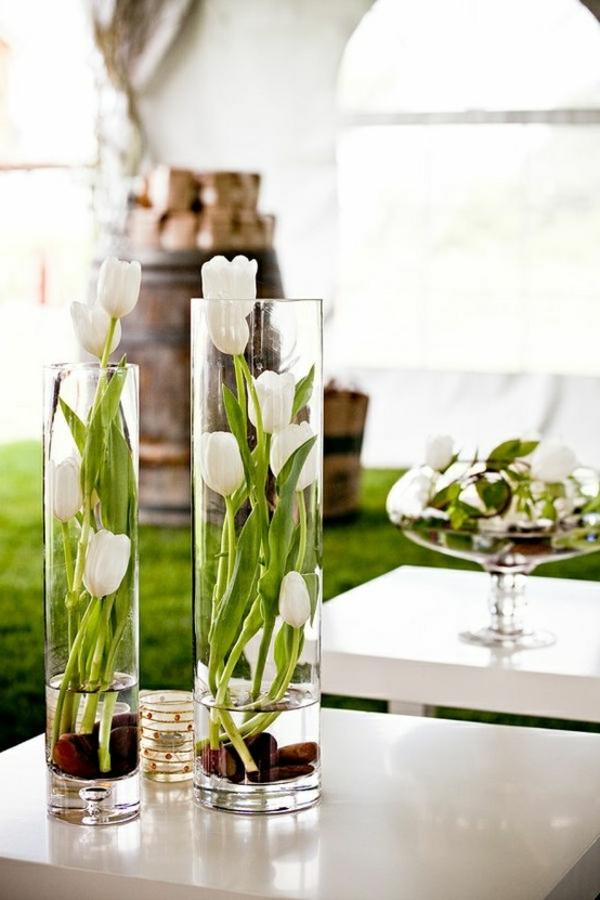 Osterdeko-Tischdekoration-mit-weißen-Tulpen