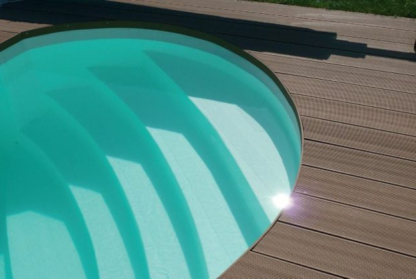 Pool-im-Garten-und-Terassendielen-WPC-Bodenbelag-Ideen