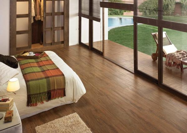 Schlafzimmer-mit-modernen-Holzoptik-Fliesen-Idee