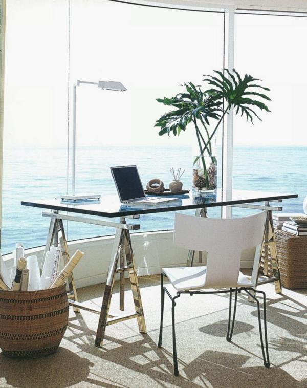 Schreibtisch-Glas-im-Büro-mit-Aussicht