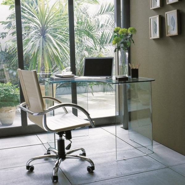 Schreibtisch-aus-Glas-im-Heimbüro-