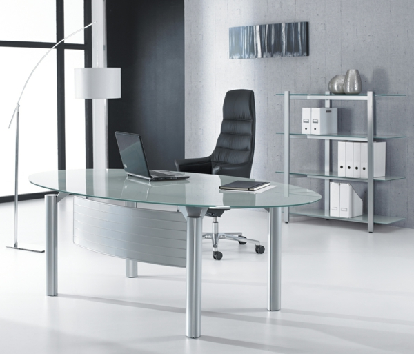 Schreibtische-aus-Glas-im-Büro-schwarzer-Stuhl