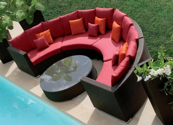 Sofa-in-halbrunder-Form-für-Draußen