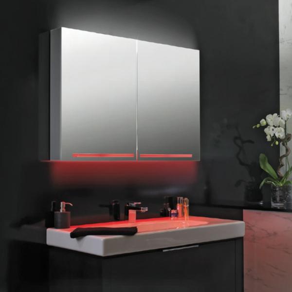 Spiegelschrank-mit-Beleuchtung-im-Badezimmer-rote-Licht