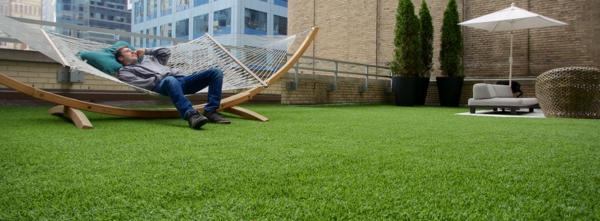 Terrasse-mit- Kunstrasen-super-Idee-Möbel
