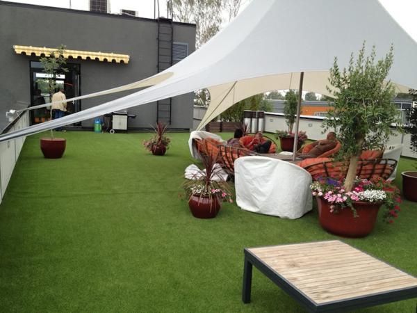 Terrasse-mit-künstlichem-Gras-Design-Exterior