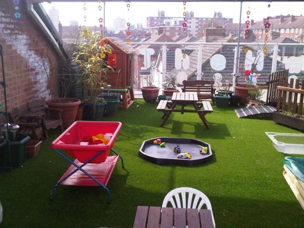 Terrasse-mit-künstlichem-Gras-Grill