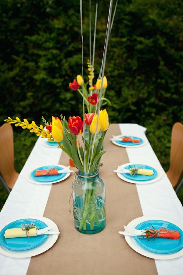 Tiscdekoration-mit-wunderbaren-Tulpen