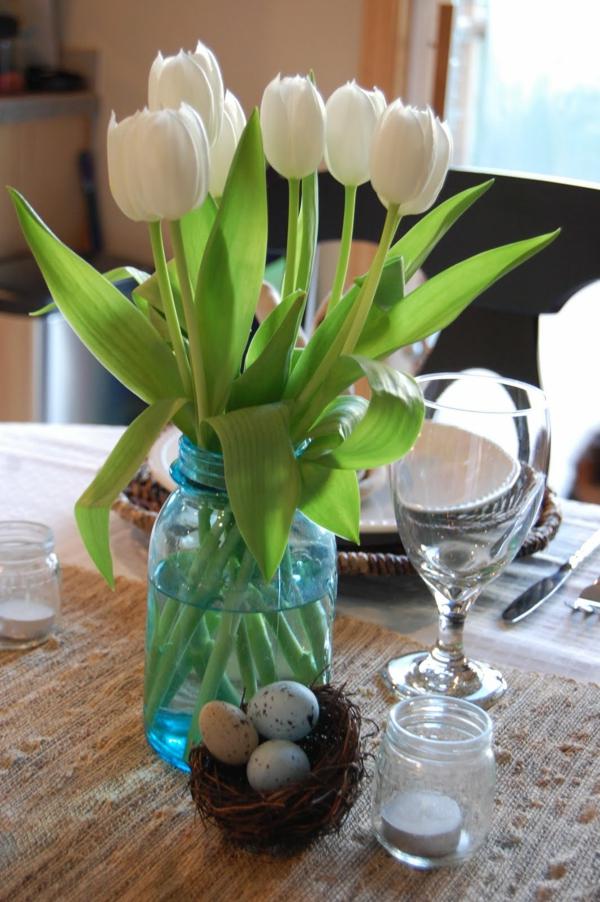 Tischdeko-Tischdekoration-mit-weißen-Tulpen