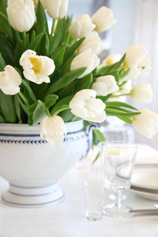 Tischdeko-in-Grün-und-Weiß-Tulpen