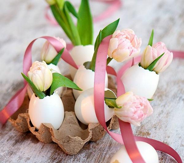 Tischdeko-mit-rosa-und-weißen-Tulpen-Eierschalen