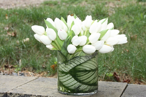 Tischdeko-mit-weißen-Tulpen-