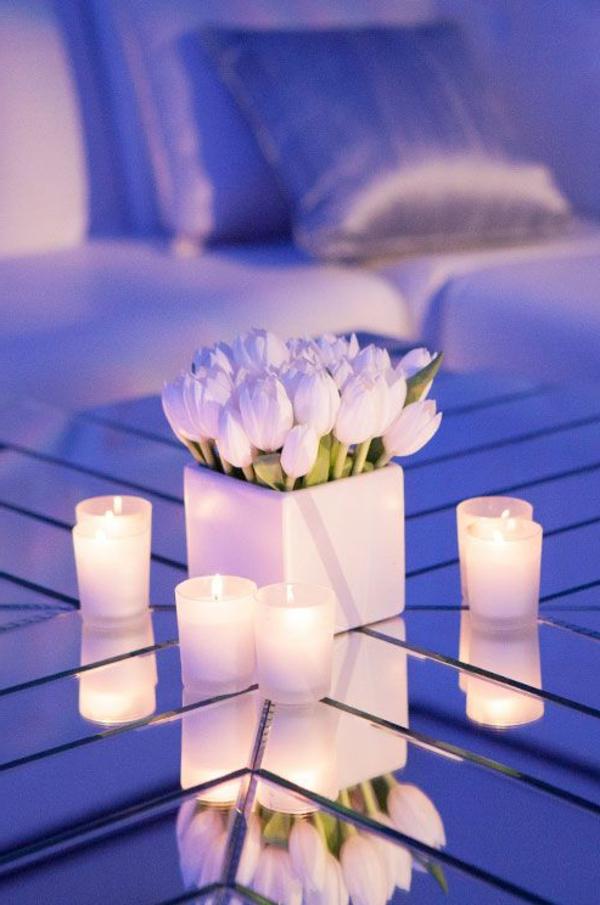 Tischdeko-mit-weißen-Tulpen---und Kerzen