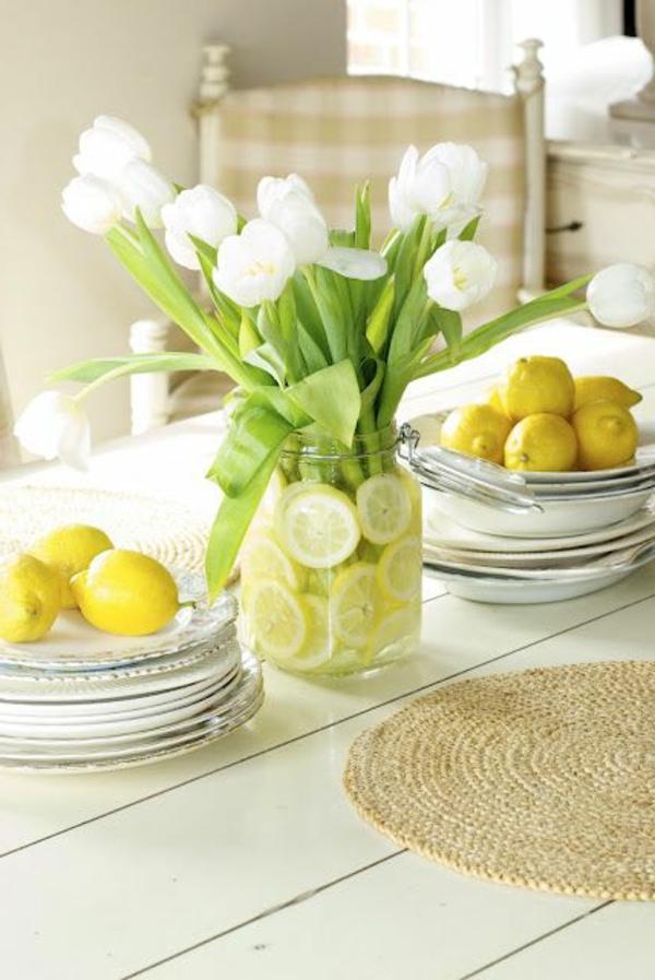 Tischdeko-mit-weißen-Tulpen-und-Zitronen-