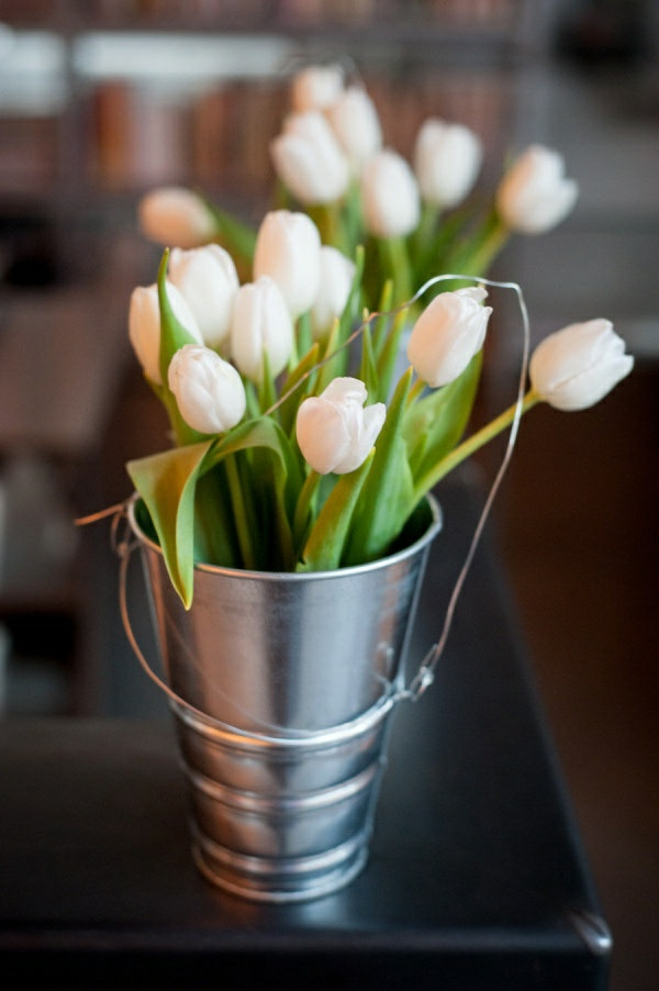 Tischdekoration-mit-Tulpen-Weiß