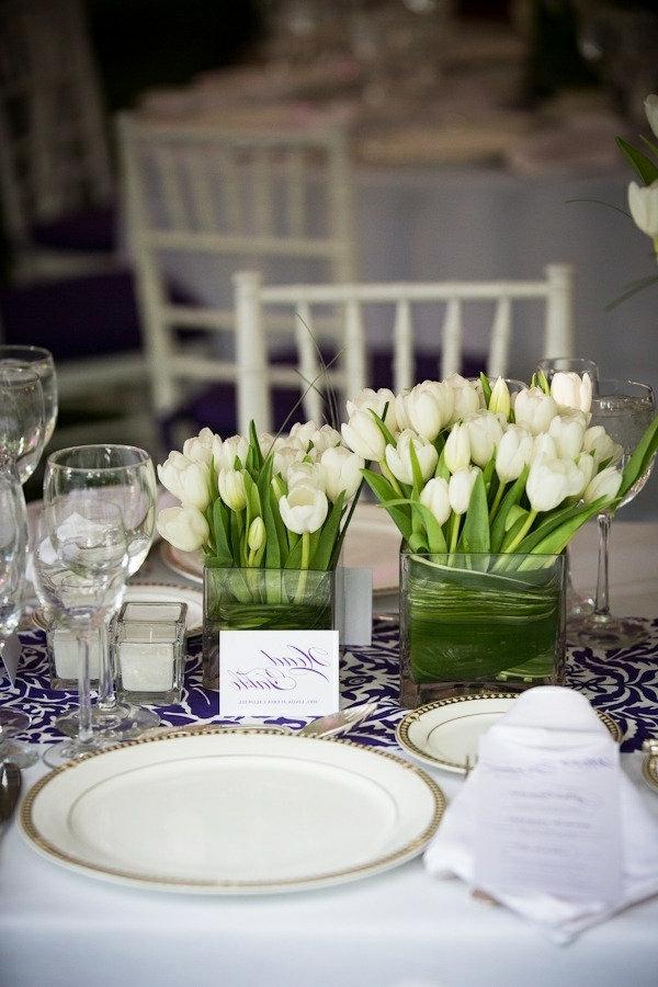 Tischdekoration-mit-Tulpen-in-Weiß-