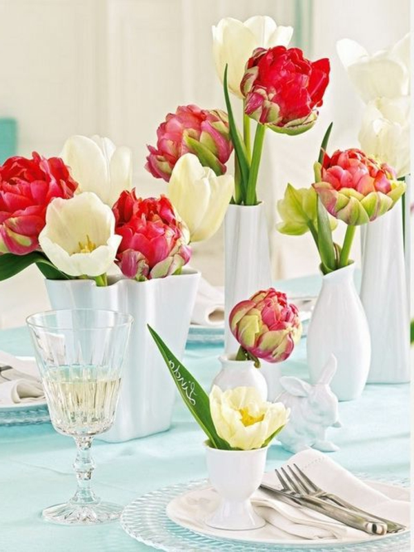 Tischdekoration-mit-Tulpen-in-Weiß-und-Rot