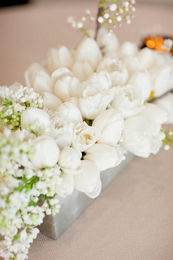 Tischdekoration-mit-Tulpen-in-Weiß