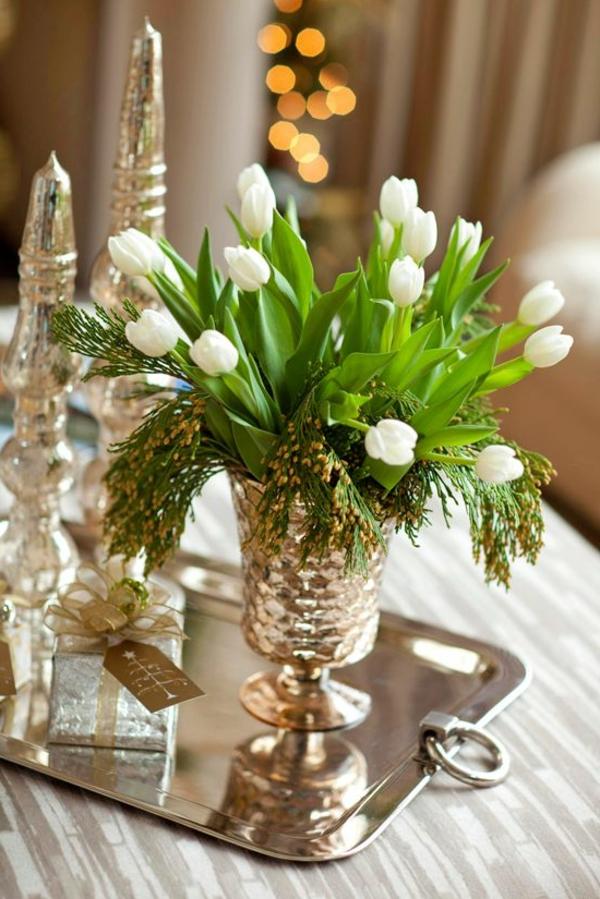 Tischdekoration-mit-Tulpen-in-weißer-Farbe