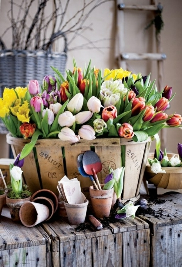 Tischdekoration-mit-Tulpen-in.-vielen-Farben