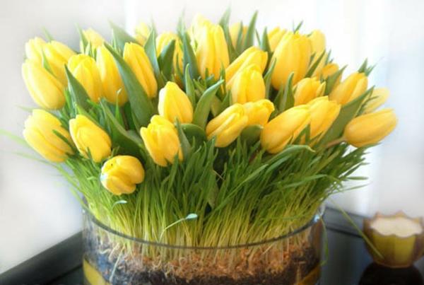 Tischdekoration-mit-gelben-Tulpen-Idee