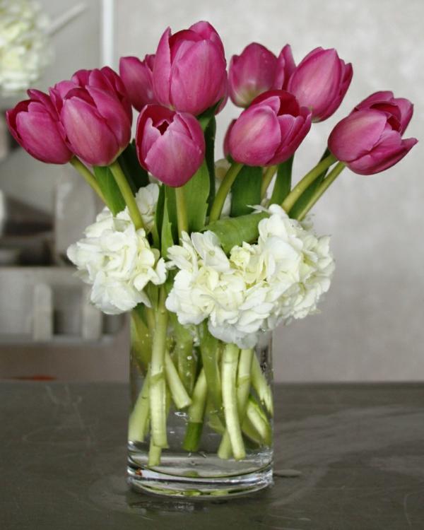 Tischdekoration-mit-rosa-Tulpen-