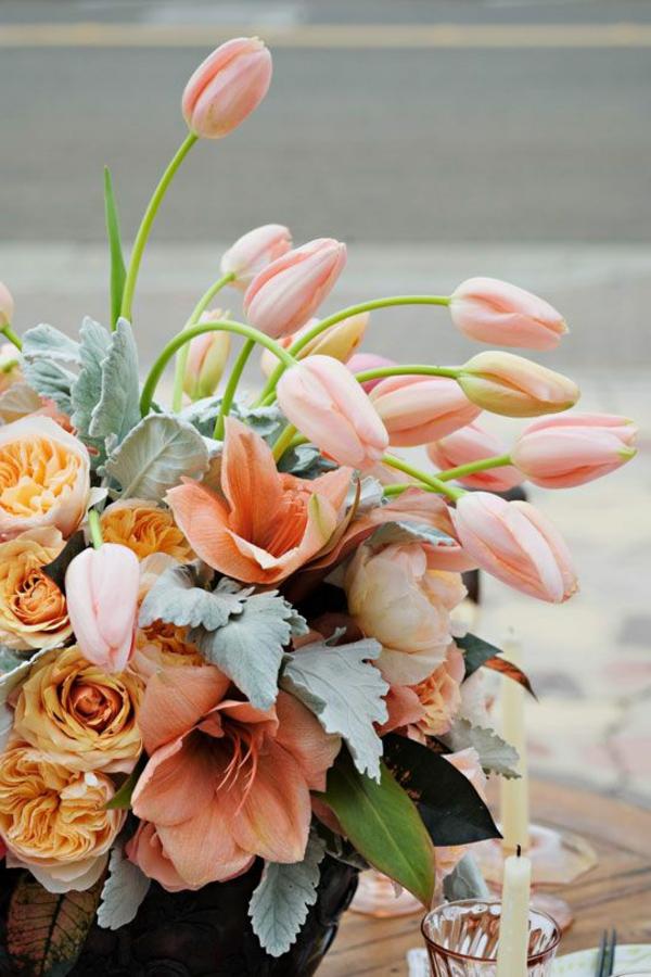 --Tischdekoration-mit-vielen-Tulpen
