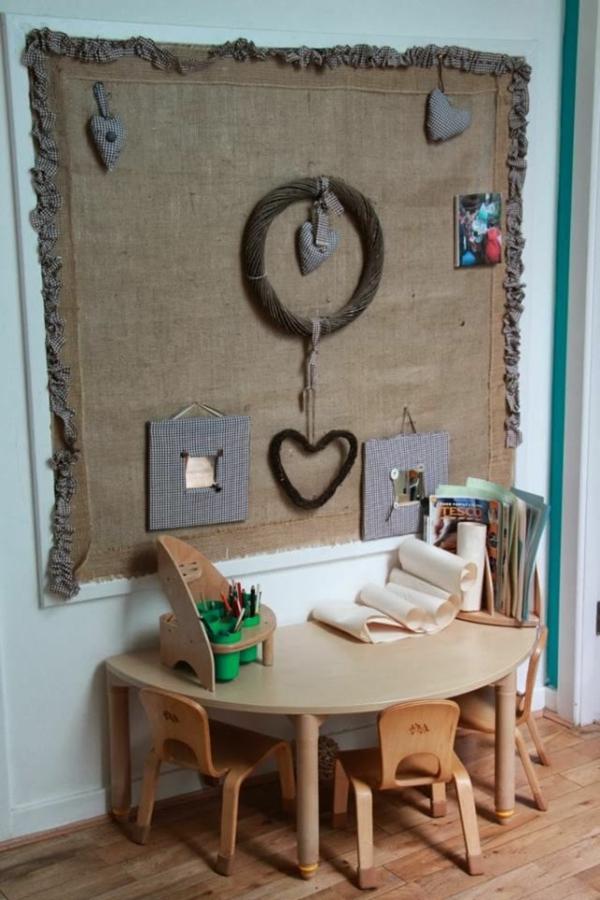 Tische- in-halbrunder-Form-für-Kinderzimmer-