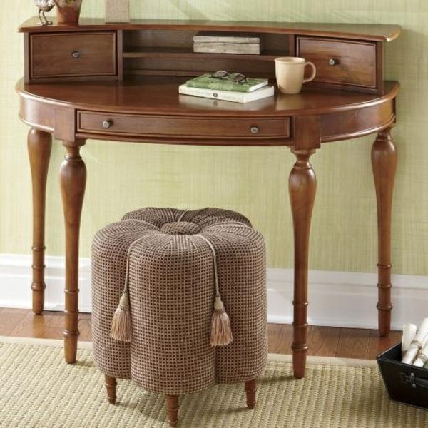 Tische- in-halbrunder-Form-und-Hocker