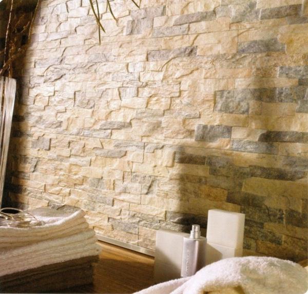 Wand-mit-Fliesen-mit-Natursteinoptik