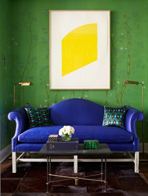 Wandgestaltung-in-grüner-Farbe-blaues-Sofa