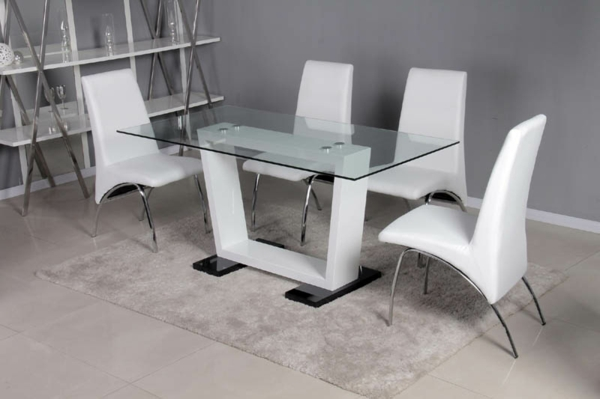Wohnidee-Tische-aus-Glas-weiße-Stühle