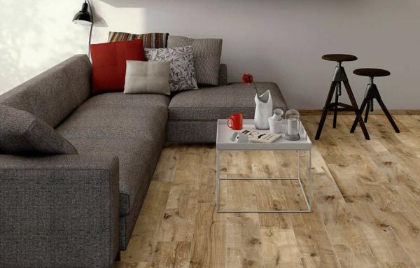 Wohnzimmer Fliesen Mit Holzoptik Graues Sofa