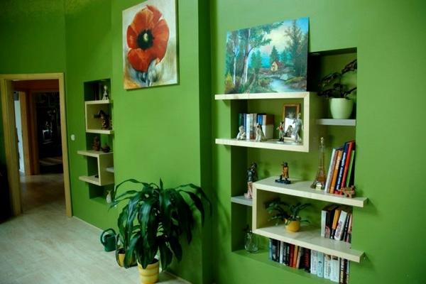 Wohnzimmer-mit--Wandfarbe-Grüntone
