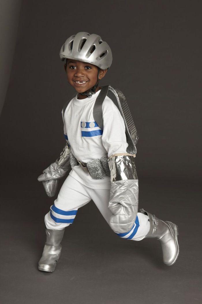 astronaut kinderkostüm halloween kostüme für kinder weißer anzung silberne dekoration blaue streifen originelle ideen verkleidung kostümparty
