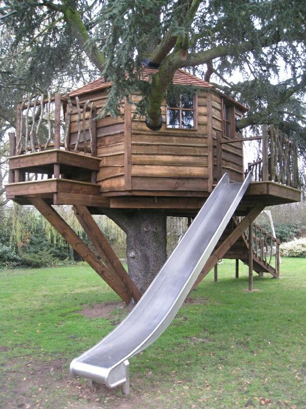 attraktive-Baumhäuser-für-Kinder-mit-Rutsche